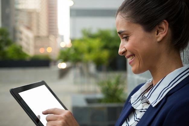 デジタルタブレットを使用してビジネスエグゼクティブデジタルタブレットを使用してビジネスエグゼクティブ