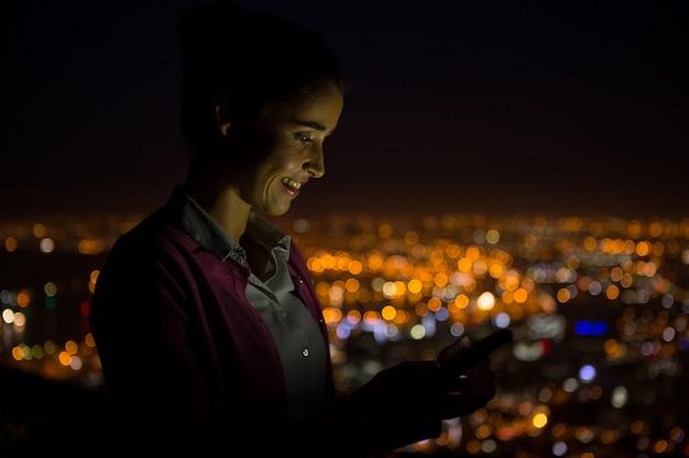 携帯電話を使用してビジネスエグゼクティブ