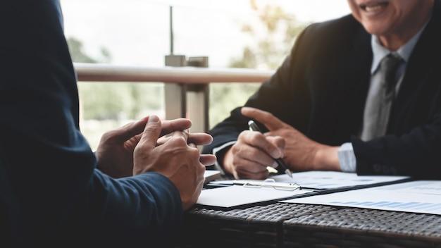비즈니스 임원 현대 야외 직장에서 판매 실적에 대해 논의.