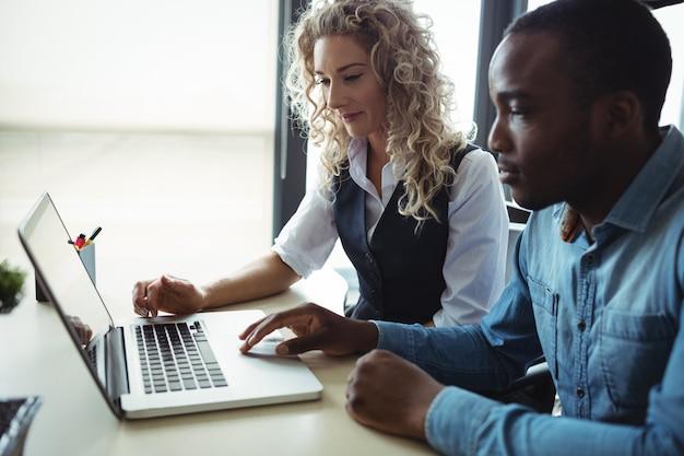 Руководители бизнеса обсуждают через ноутбук