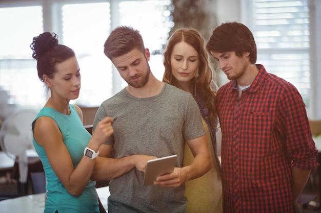 I dirigenti aziendali che hanno discussione su tavoletta digitale