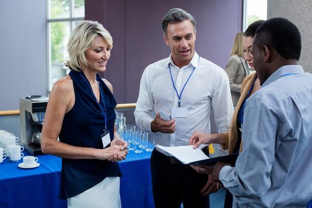 Руководители бизнеса взаимодействуют друг с другом во время перерыва