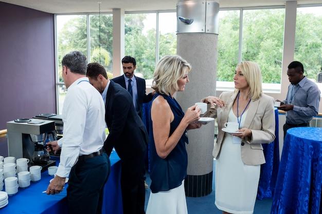 Руководители предприятий общаются друг с другом за чашкой кофе
