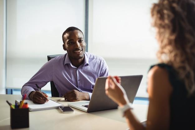 Руководители предприятий взаимодействуют друг с другом