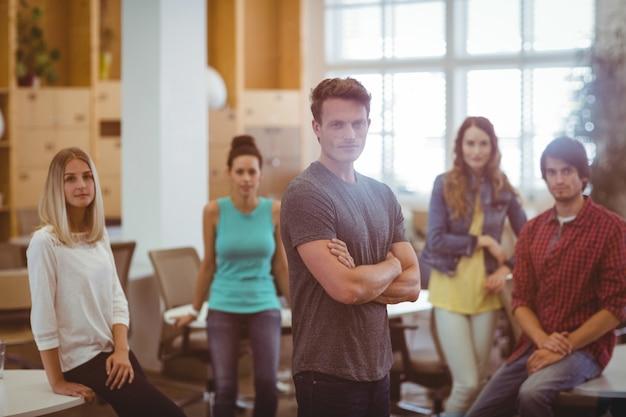 Dirigenti aziendali in piedi in ufficio