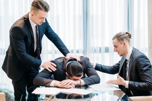 事業の失敗。オフィスのワークスペースで悲しい男性