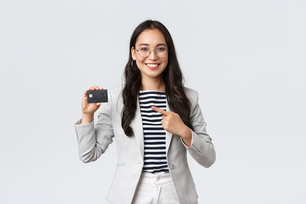 Бизнес, финансы и занятость, предприниматель и деньги концепции. профессиональная женщина-клерк, офис-менеджер, рекомендую кредитную карту, банковское обслуживание, уверенно указывая на нее