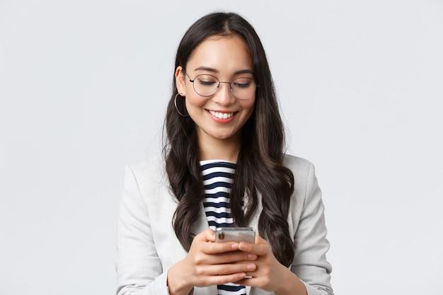 ビジネス、金融、雇用、女性の成功した起業家の概念。魅力的な現代の実業家のメッセージング、クライアントとのヘッドミーティングとしてタクシーアプリを使用、白い背景