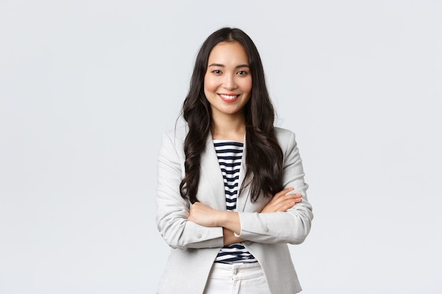 ビジネス、金融、雇用、女性の成功した起業家の概念。自信を持って素敵な笑顔のアジアの実業家は、金融パートナーとの会議の準備ができて、自信を持って腕を組んで胸を組む