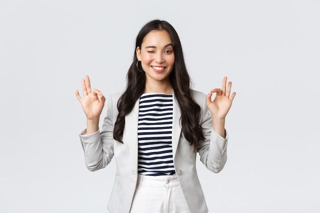 Бизнес, финансы и занятость, концепция успешных женщин-предпринимателей. дружелюбная профессиональная улыбающаяся деловая женщина гарантирует лучшее качество или выгодную сделку, демонстрирует хороший жест, без проблем.