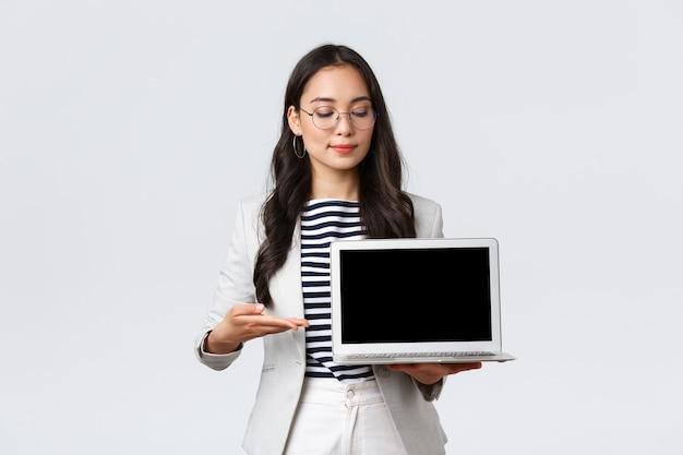 Бизнес, финансы и занятость, концепция успешных женщин-предпринимателей. профессиональная деловая женщина, маклер по недвижимости, указывая пальцем на экран ноутбука, показывая квартиру с хорошей сделкой