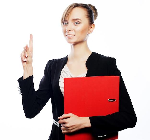 Концепция дела, финансов и людей: молодая бизнес-леди указывая на белую предпосылку.