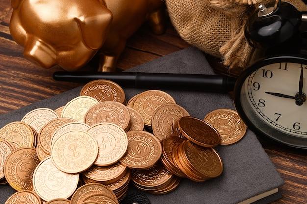 비즈니스 금융 및 저축 돈 투자, 머니 코인 스택