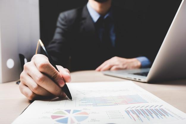 Утверждение бизнес-финансового документа, бизнесмен, подписывающий документы по контракту в офисе, люди, встречающиеся для успешной подписи, инвестиционная бумага, ипотека и ссуда, нотариус, работающий с законом для долгового банкинга