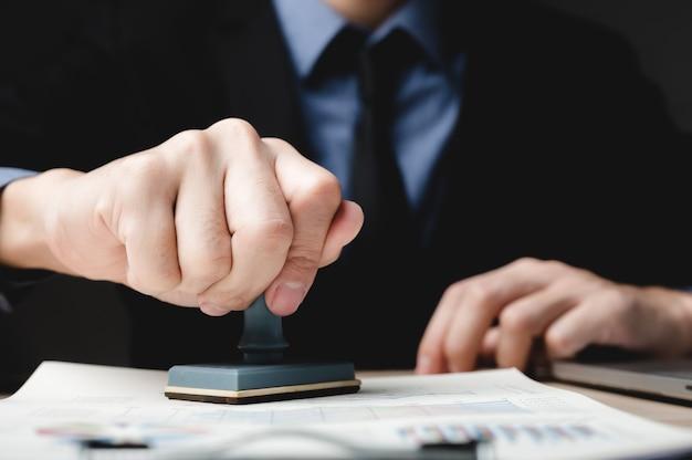 비즈니스 재무 문서 승인, 사무실에서 계약 서류에 서명하는 사업가, 사람들 회의