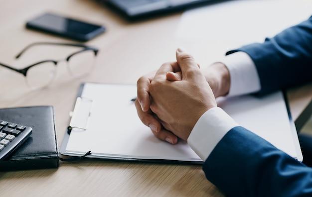 테이블 노트북 안경 펜 사무실 문구에 비즈니스 금융 문서.