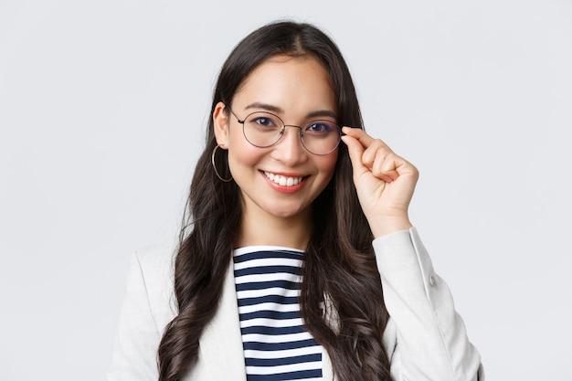 Affari, finanza e occupazione, concetto di imprenditrici di successo. giovane programmatrice it asiatica di talento con gli occhiali, responsabile dell'assistenza clienti che sorride alla telecamera
