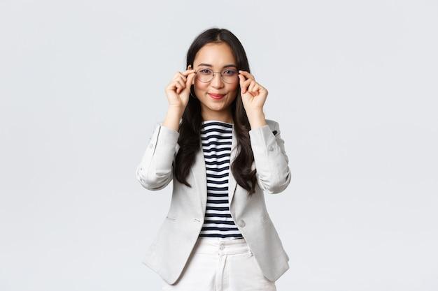 Бизнес, финансы, концепция успешного женского предпринимателя. профессиональный брокер по недвижимости готов показать дома клиентам, надеть очки и довольно улыбаться, азиатская бизнес-леди за работой