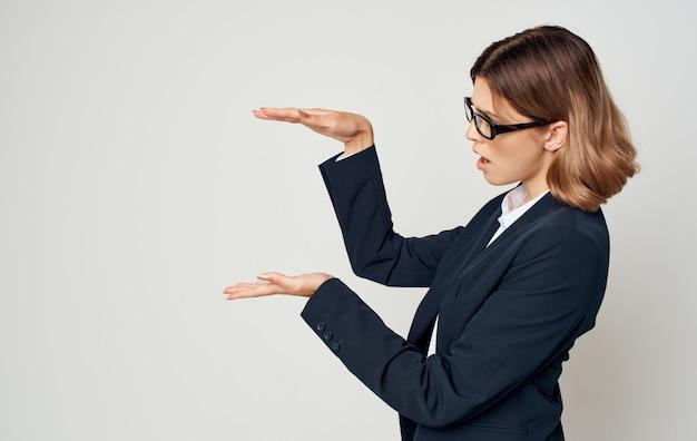 明るい側面の古典的なスーツのビジネス金融の女性