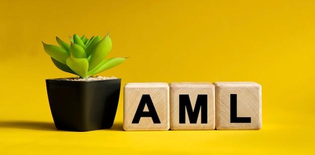 黄色のビジネス財務概念。木製の立方体と鉢植えの花。
