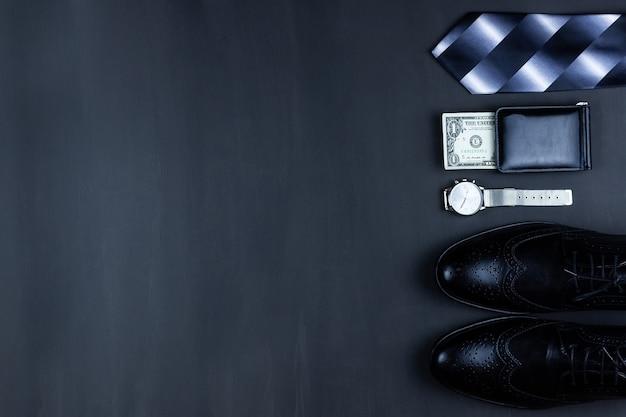 Бизнес плоский лежал фон с копией пространства. мужские туфли, бумажник наручных часов, пояс, мобильный телефон и галстук на черном фоне.