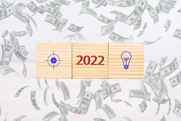 ビジネスの目標とアイデア2022。アクションプランのアイコン、目標と木製の立方体。新しい2022年に目標を達成する事業開発