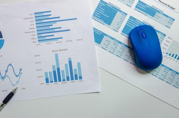 マウスとペンを使用したビジネスグラフとチャートの財務、会計、統計、分析研究