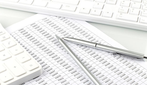 Бизнес-графики и диаграммы сообщают с клавиатуры компьютера на столе финансового консультанта. финансовые абстрактные концепции.
