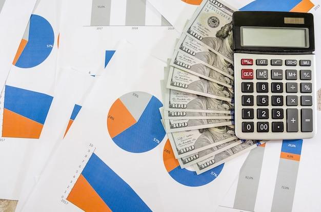 ドルでビジネスグラフチャートと計算機戦略分析計画