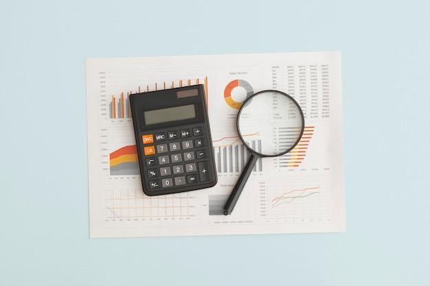 비즈니스 그래프 차트 및 테이블 금융 개발에 돋보기