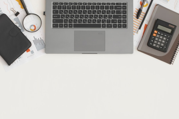 테이블에 비즈니스 그래프, 차트, 노트북, 돋보기 및 계산기. 금융개발, 은행계좌, 통계
