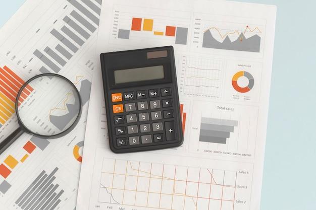 비즈니스 그래프, 차트, 돋보기 및 테이블에 계산기. 금융개발, 은행계좌, 통계
