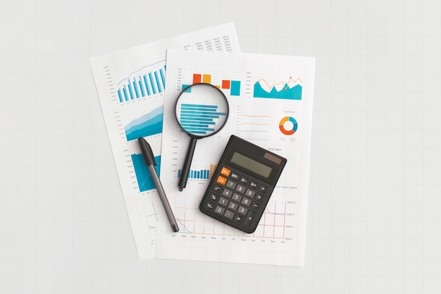 テーブル上のビジネスグラフとチャート。金融開発、銀行口座、統計