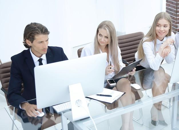オフィスのワークショップでのビジネスグループ