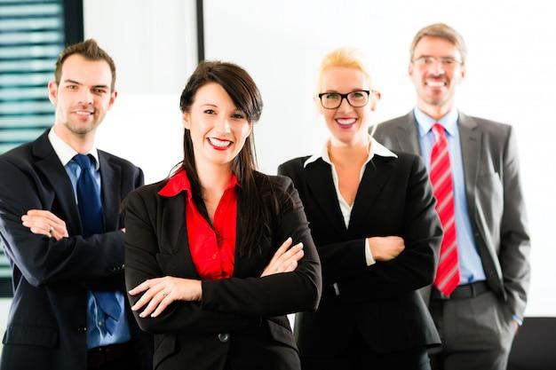 Бизнес, группа бизнесменов в офисе
