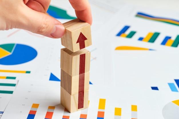 Концепция роста бизнеса и прибыли на графиках.
