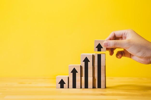 Рост бизнеса или шаг для концепции успеха со стрелкой графа, на wood.financial, прибыли от инвестиций.