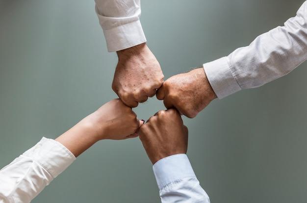 Le mani di affari hanno unito insieme il lavoro di squadra