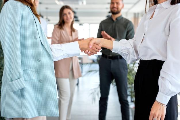 ビジネス握手とビジネスマン。女性の手のクローズアップ写真、合意