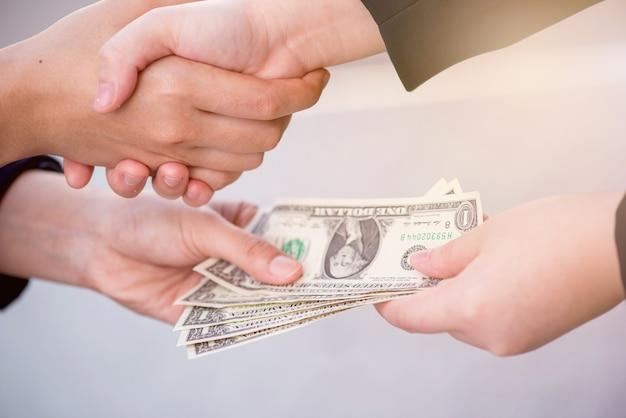 Деловое рукопожатие и командная работа ради денег и успеха