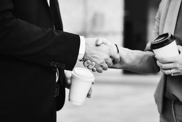 Бизнес-рукопожатие в качестве приветствия
