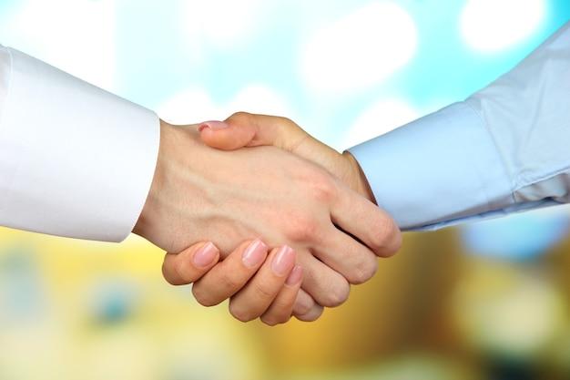 Деловое рукопожатие крупным планом