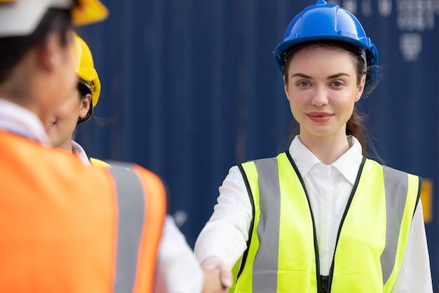 ビジネスハンドシェイクの幹部がビジネス契約に参加することを祝福します。建築家または建築プロジェクトのエンジニア契約の概念