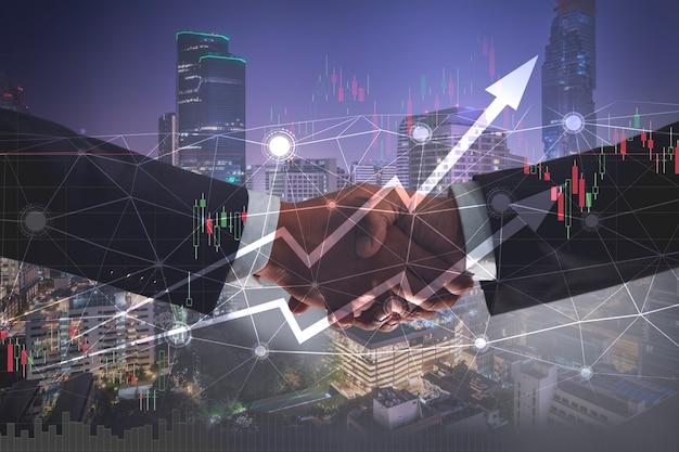 Деловое рукопожатие для успешной инвестиционной сделки с графиком роста доходов