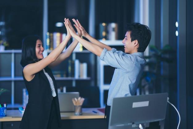 ビジネスハンドシェイク、女性と男性が一緒に手を入れてのショット