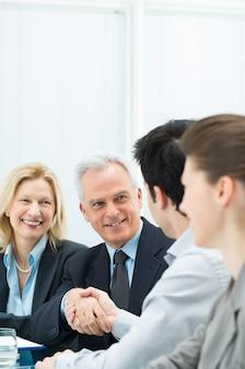 商談成立のためのビジネスハンドシェイク