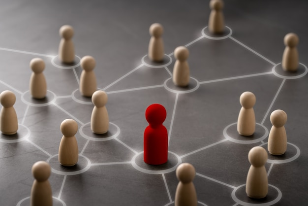 페그 인형과 손으로 리더십과 팀을위한 비즈니스 및 hr 글로벌 나무 퍼즐 개념