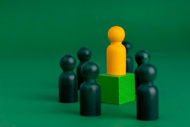 Глобальная концепция головоломки business & hr для руководства и команды с куклой