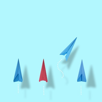 創造性と革新的なソリューションのためのビジネスアイデア1つの青と赤の紙飛行機のグループ