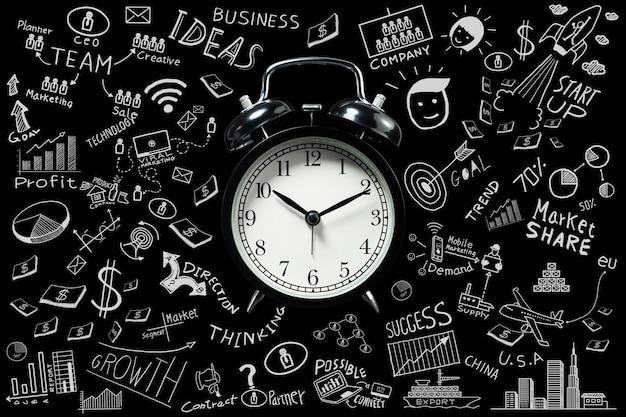 비즈니스 아이디어입니다. 알람 시계와 비즈니스 낙서가 있는 시간이 아이디어를 설정합니다. 관리 개념